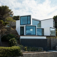 בית קוביות יפייפה המשקיף אל הים התיכון